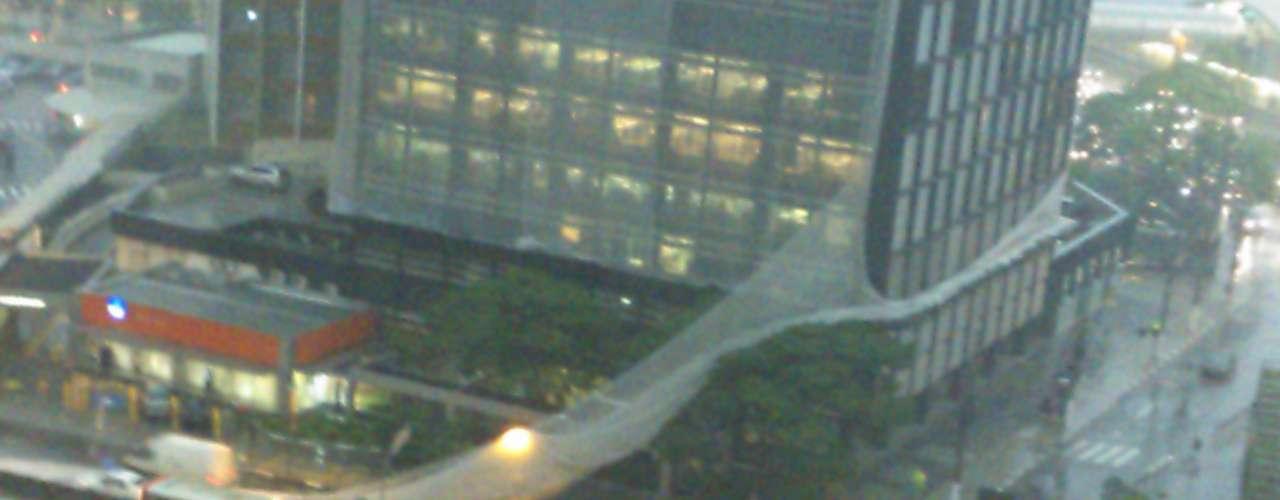 5 de dezembro - Após tarde de calor intenso, tempestade atinge a capital paulista. Na avenida Eusébio Matoso, chuva derrubou rede de proteção de prédio em obras