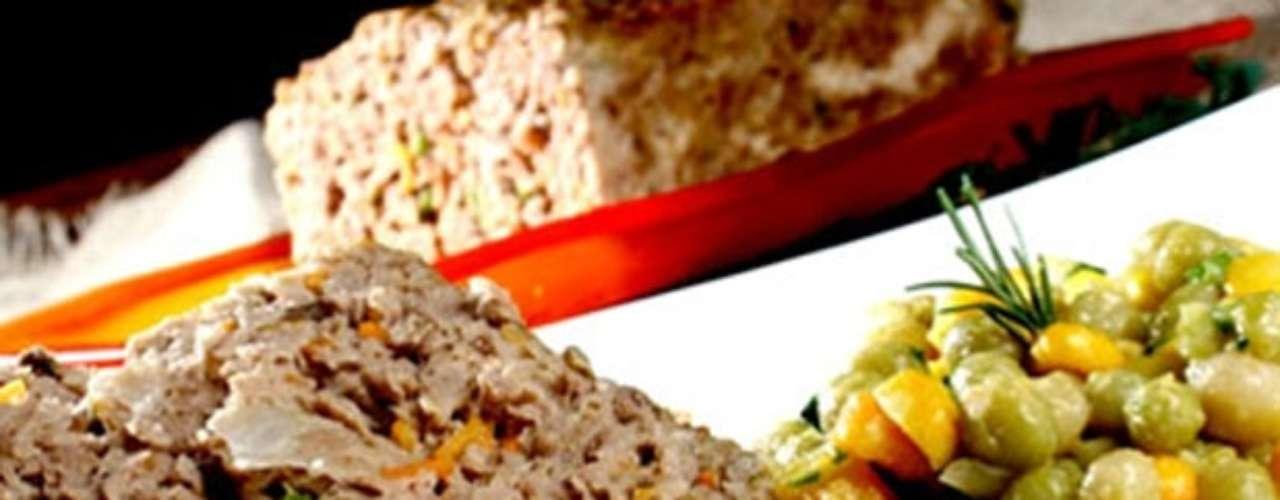 Bolo de carne com legumes.