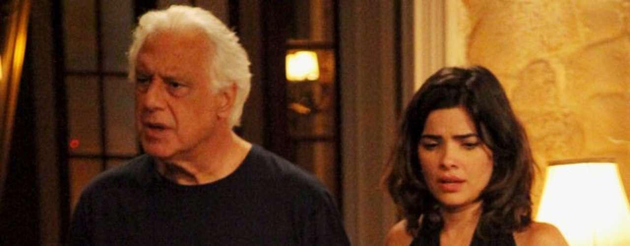 César ouve gritos e pergunta para Aline o que está acontecendo. Ela inventa uma desculpa