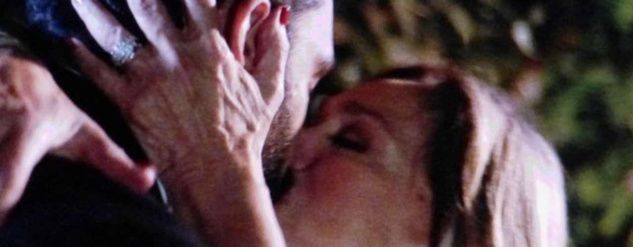 Maciel (Kiko Pissolato) não tem perdido as chances de demonstrar que sente algo a mais por Pilar (Susana Vieira). O motorista, então, resolve se declarar para a patroa e a beija