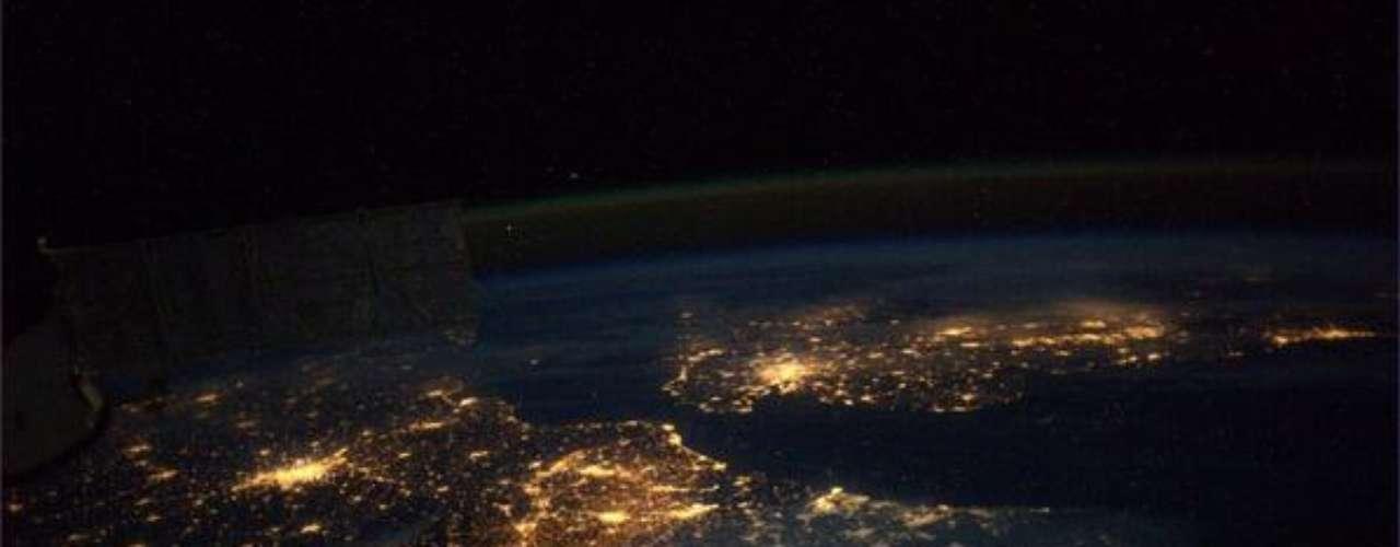 Luzes tomam conta da noite em diversos países europeus, demonstrando a grande densidade populacional e a forte iluminação noturna, em especial nos grandes centros. Além das luzes, é possível ver um rastro de aurora na atmosfera terrestre. O registro foi feito pelo astronauta Mike Hopkins, que está a bordo da Estação Espacial Internacional