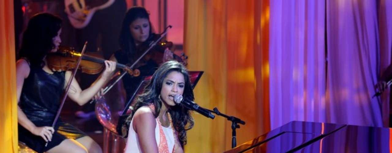 Lucy Alves tocou piano e cantou 'Disparada', de Geraldo Vandré, recebendo 61% dos votos do público