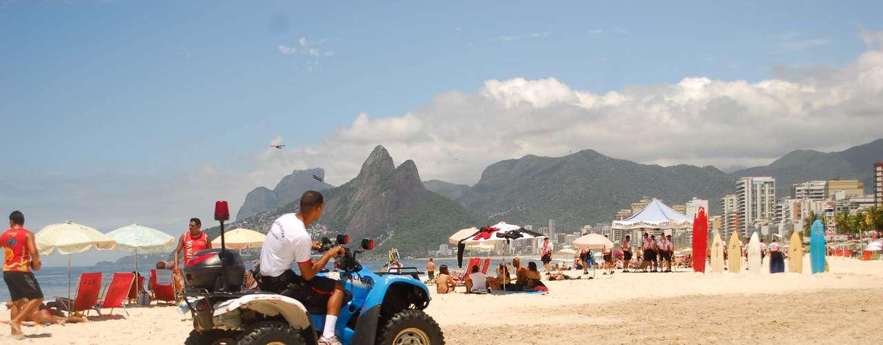 15 de dezembro - PM faz patrulhamento enquanto banhistas aproveitam a praia de Ipanema