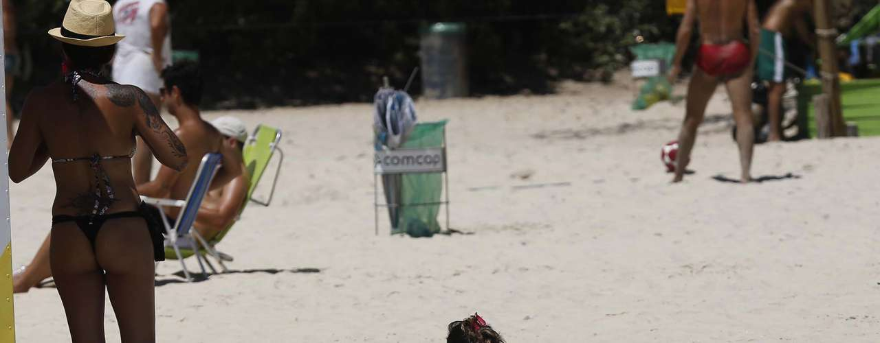 17 de dezembro -Terça-feira ensolarada de primavera levou muitos banhistas para a praia na capital de Santa Catarina