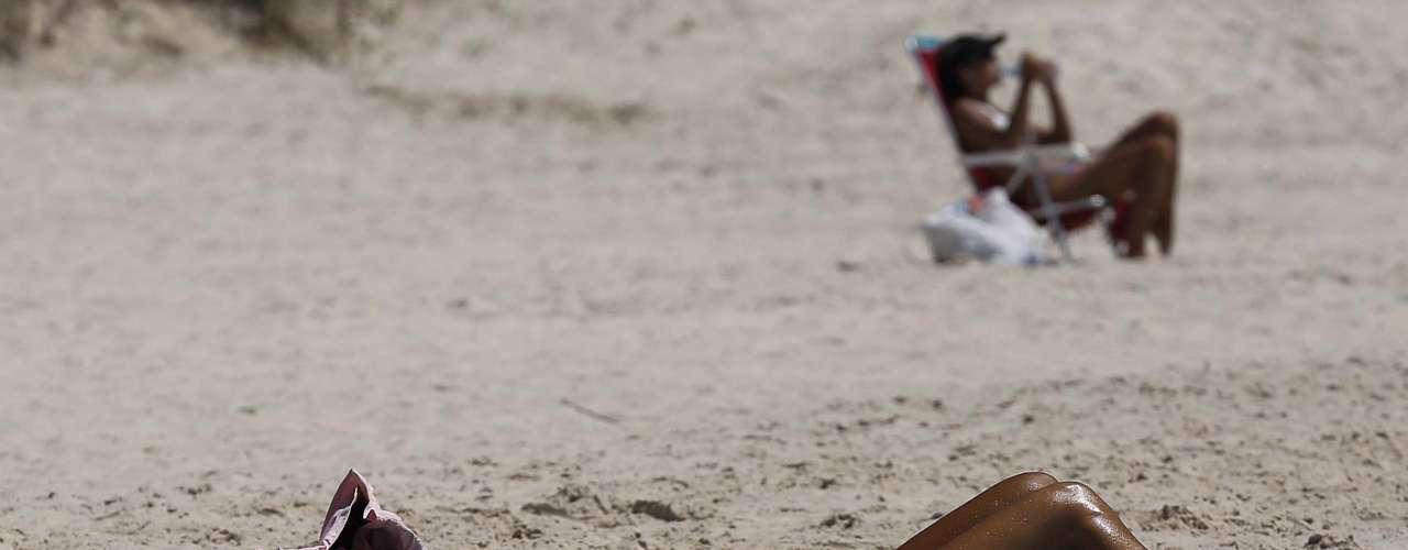 17 de dezembro - Muitas mulheres aproveitaram a manhã para colocar o bronze em dia na praia do Campeche, em Florianópolis