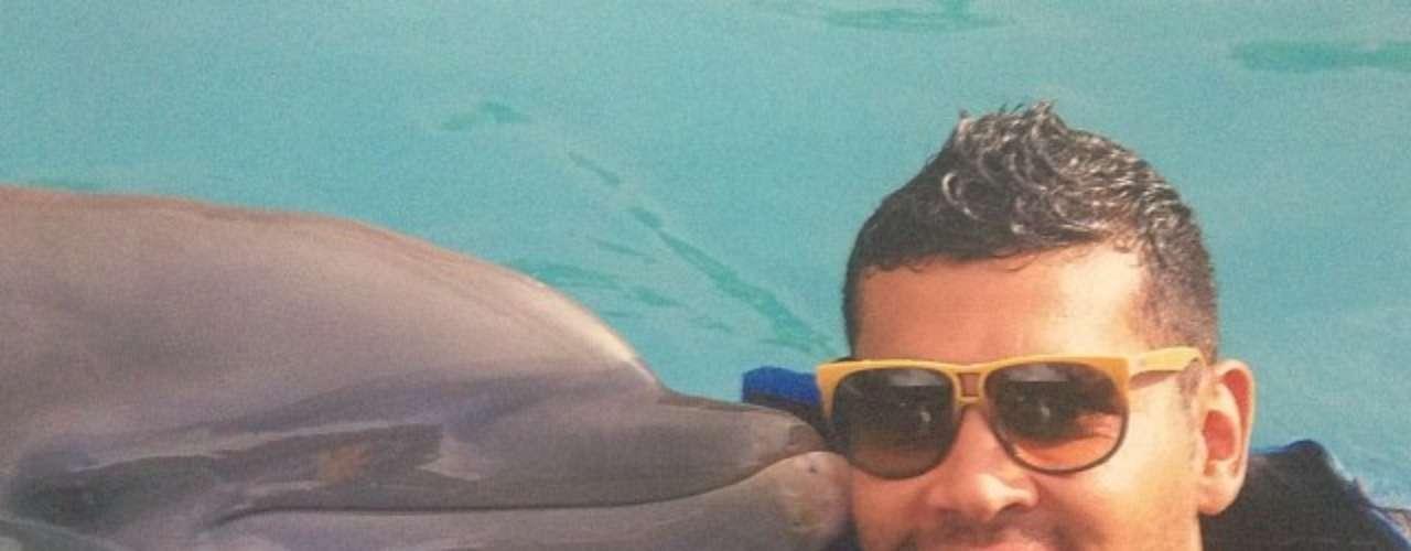 André Santos nada com golfinho