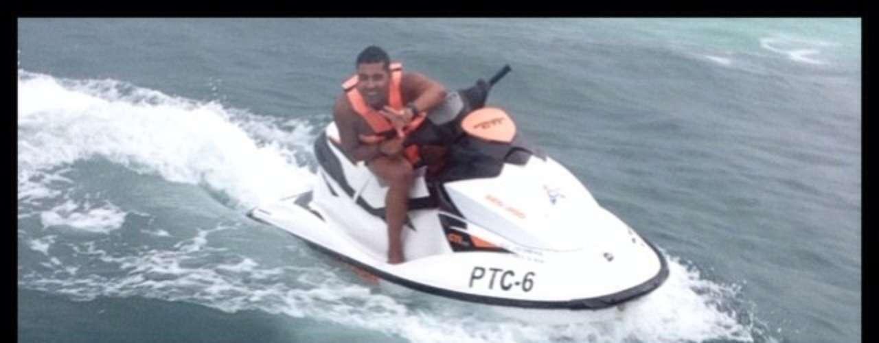 André Santos e Frauches, do Flamengo, andam de moto aquática