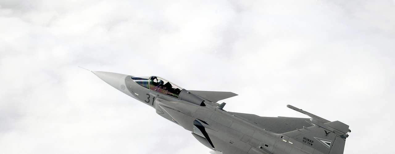 Gripen -Com uma taxa de empuxo superior a 22 mil lb (98 kN), o F414G gera 20% mais empuxo que o atual Volvo Aero RM12 do Gripen