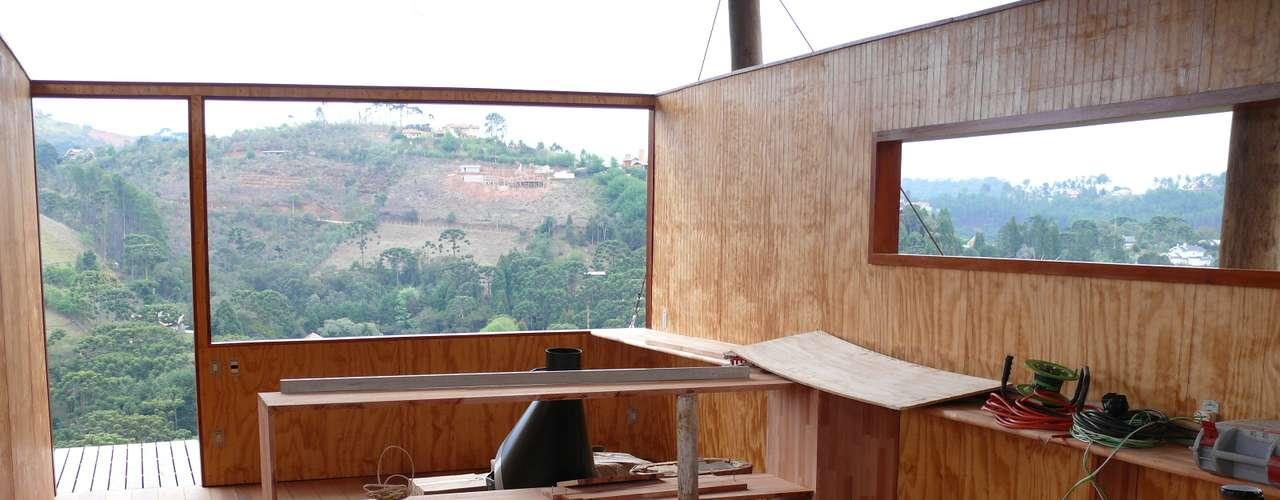 Mantendo uma prática sustentável, Eisenlohr chegou a usar as madeiras de sustentação dos andaimes para cobrir as paredes do interior da construção, aproveitando, assim, material que costuma ir para o lixo