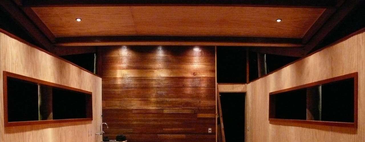 A parede ao fundo é feita com material de madeireiras da região, que seria descartado pela indústria por conter imperfeições