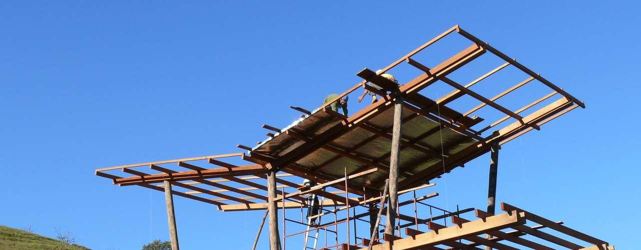 No teto, foram utilizadas telhas onduline, feitas com fibra vegetal e que têm excelente eficiência térmica. Elas não deixam nem o calor entrar nos dias quentes e nem sair nos dias frios, diz Eisenlohr