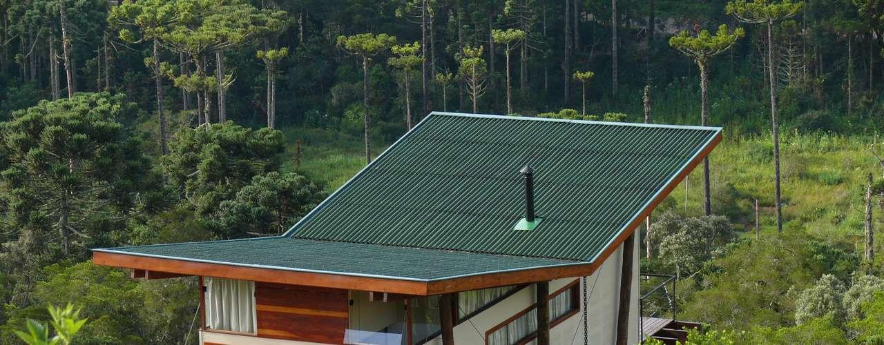 Por isso, Eisenlohr decidiu fazer o telhado com um design inclinado. Isto leva o morador a ter uma experiência mais interessante e profunda, conclui o arquiteto