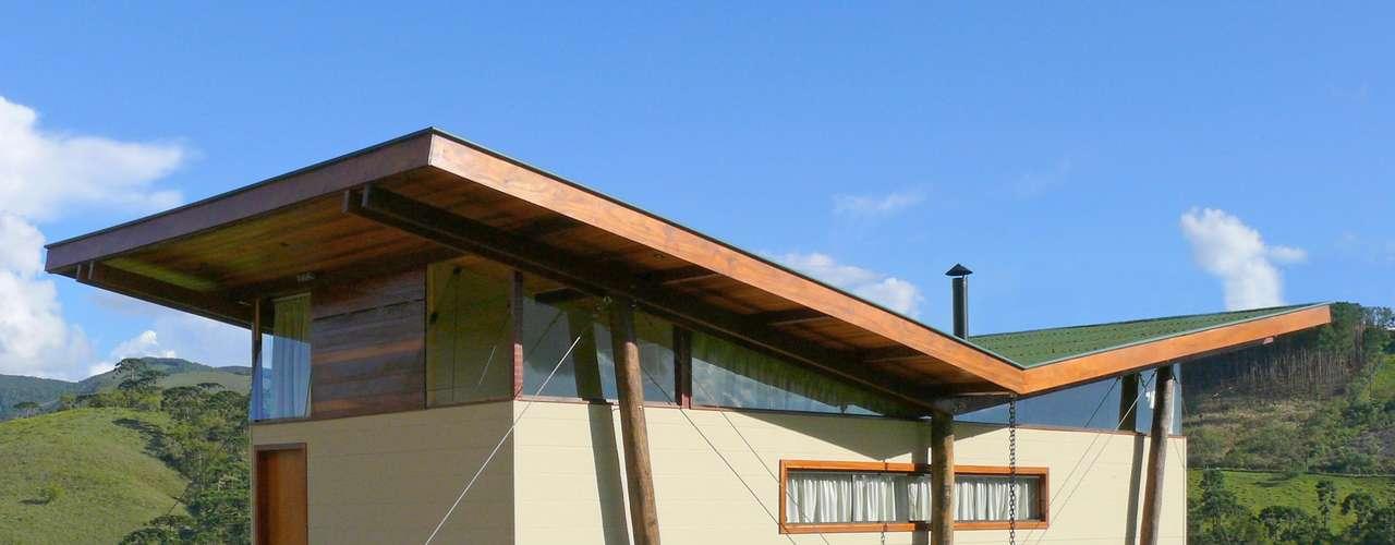 Ao adotar a solução de elevar a construção, Eisenlohr manteve a casa toda no nível da rua, evitando o uso de escadas