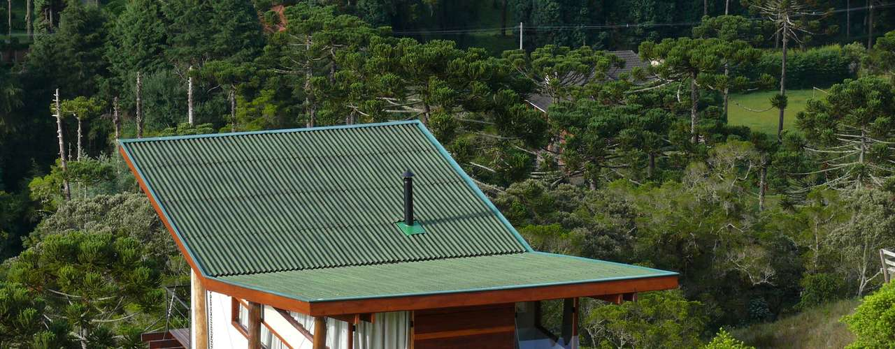 Ao elevar a casa, por exemplo, ela não tem contato com a umidade do solo e permite que a água da chuva corra livremente, sem prejudicar as fundações da construção
