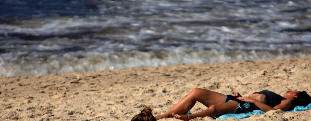 18 de dezembro - Calor de 30ºC e sol forte levam banhistas à praia de Ipanema, no Rio