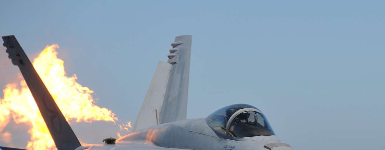 Super Hornet -Os dois motores do caça produzem juntos 44.000 libras de impulsão