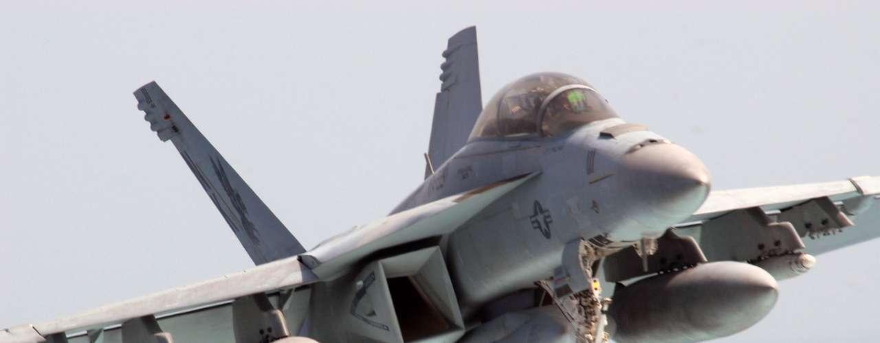 Super Hornet -Segundo a fabricante, sistema de controle de voo digital do caça é capaz de detectar danos ao sistema de controle, ou a perda total do controle de um voo e ainda permite uma recuperação segura