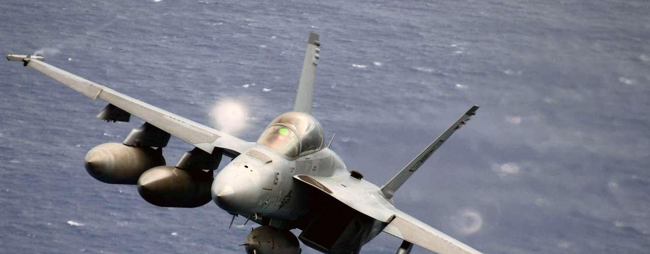 Super Hornet - Caçapossui 11 estações de arma