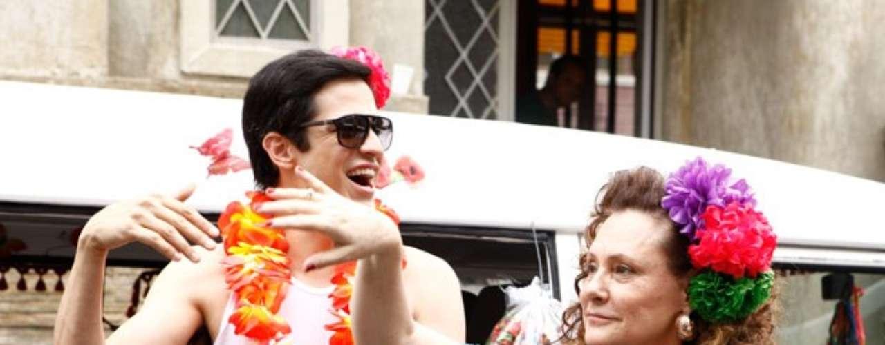 Félix usa um short e um colar havaiano para atrair a clientela na 25 de Março