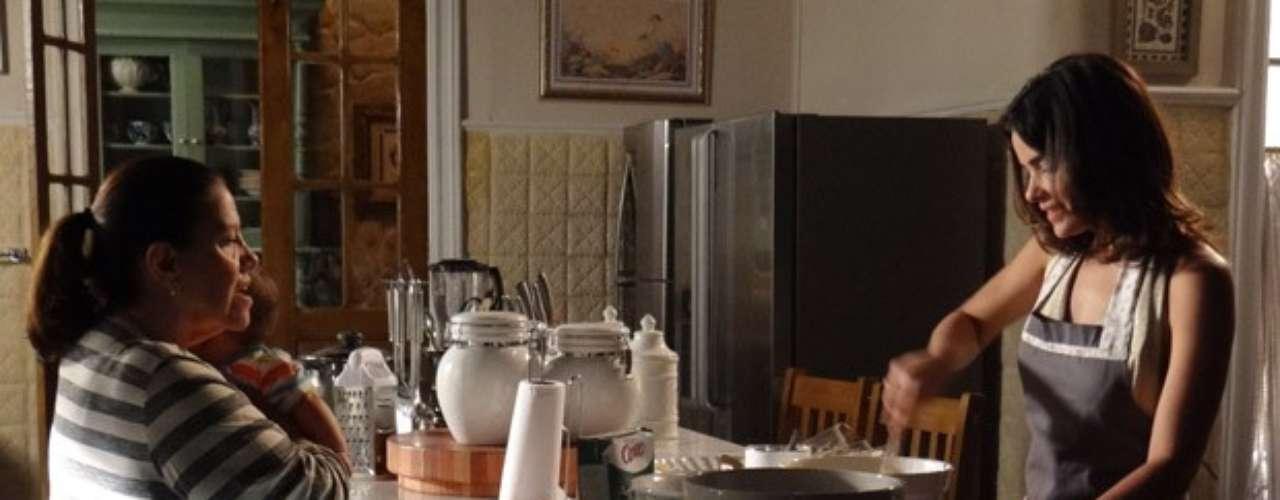 Ciça experimenta o pó branco que Aline põe nas receitas, mas não desconfia que é o veneno que a vilã dá para César