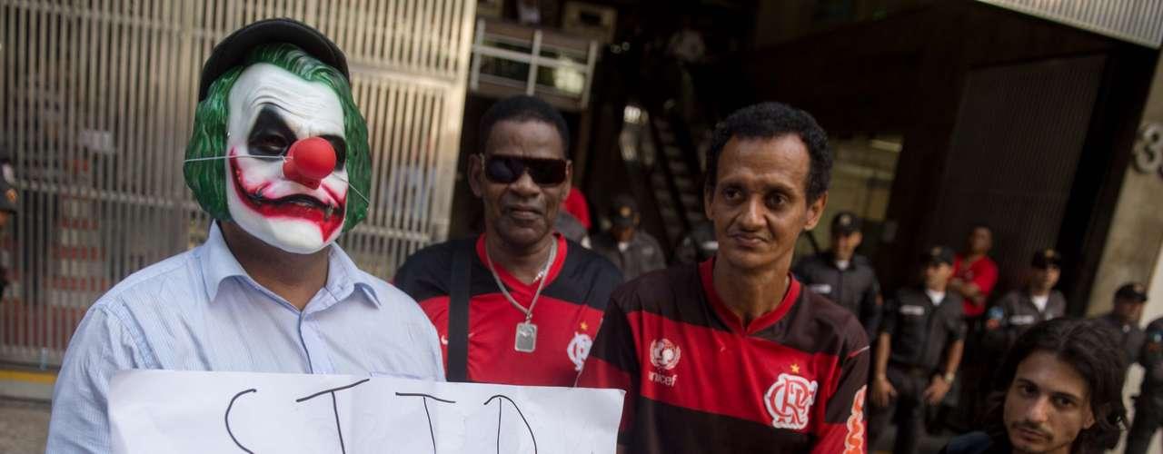 Torcedores rivais ao Fluminense, grande beneficiado com apunição da Portuguesa no STJD, protestam na porta do tribunal