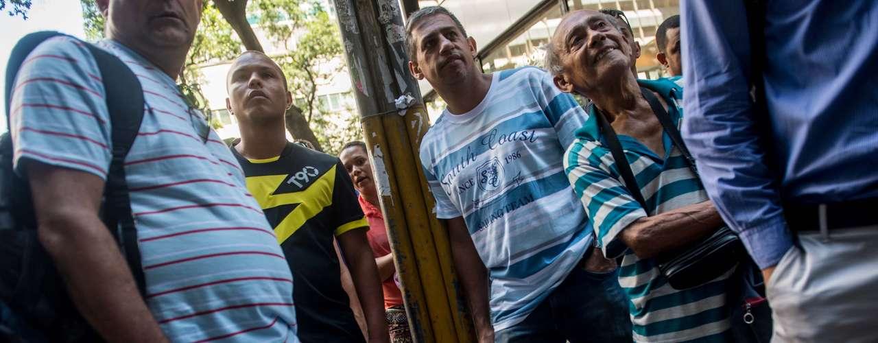 Curiosos se aglomeram na porta do STJD no Rio de Janeiro