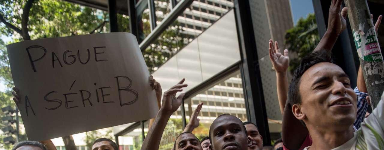 Torcedores se reuniram do lado de fora do STJD para protestar contra a permanência do Fluminense na Série A