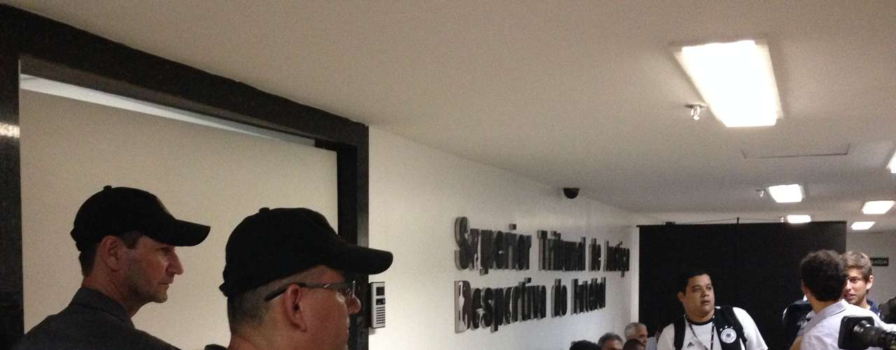 Jornalistas e outros profissionais da imprensa aguardam o início da sessão no Pleno do STJD