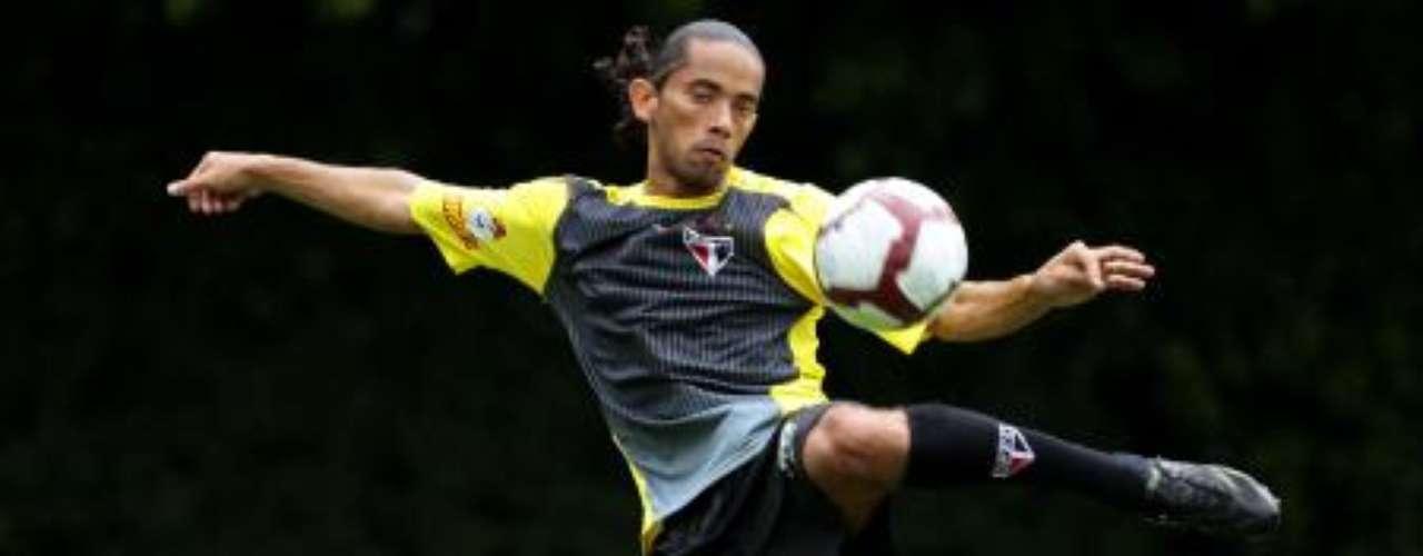 Carlinhos Paraíba no Vasco? Atualmente no futebol japonês, o meia foi procurado pelo Vasco, que se assustou com os valores pedidos