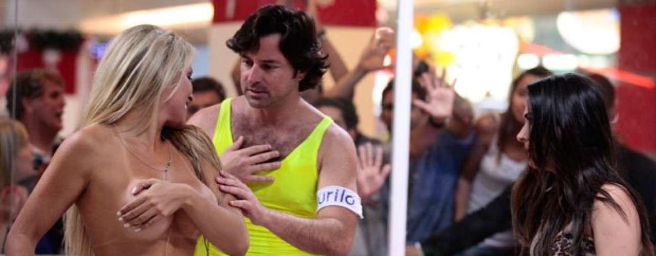 Sarada, Ellen (Dani Vieira) usa sua boa forma para chamar a atenção e sempre toma banho quando o shopping está lotado