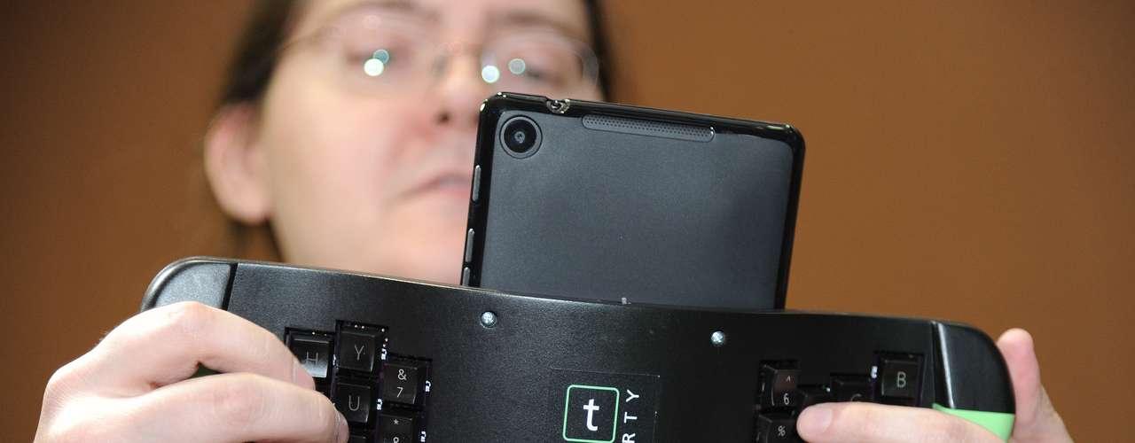 A TREWGrip LLC demonstra um teclado com teclas traseiras para ser acoplados em iPads e tablets com Android
