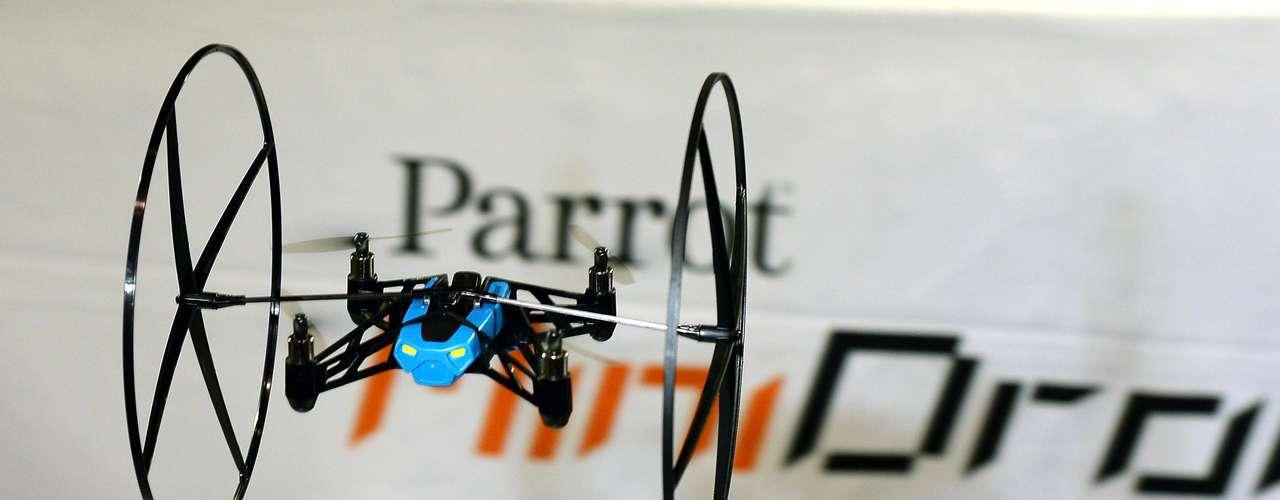 Fabricante demonstra o Parrot MiniDrone, aparelho controlado via Bluetooth por um smartphone e possui rodas laterais, que permitem que ele se movimente pelo piso, paredes ou teto