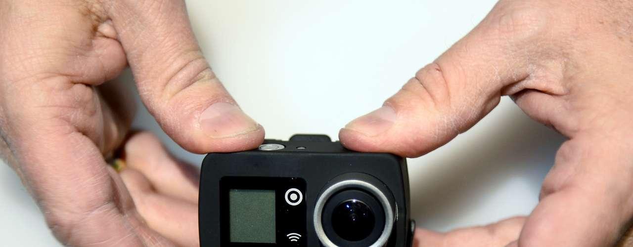 A câmera vestível EGO LS é demonstrada durante uma prévia de imprensa na CES. A câmera de oito megapixels possui Wi-Fi e é operada remotamente via Bluetooth. Ela também pode ser usada com um modem 4G, para transmissão de vídeo em tempo real. Ela estará disponível por US$ 199 em junho