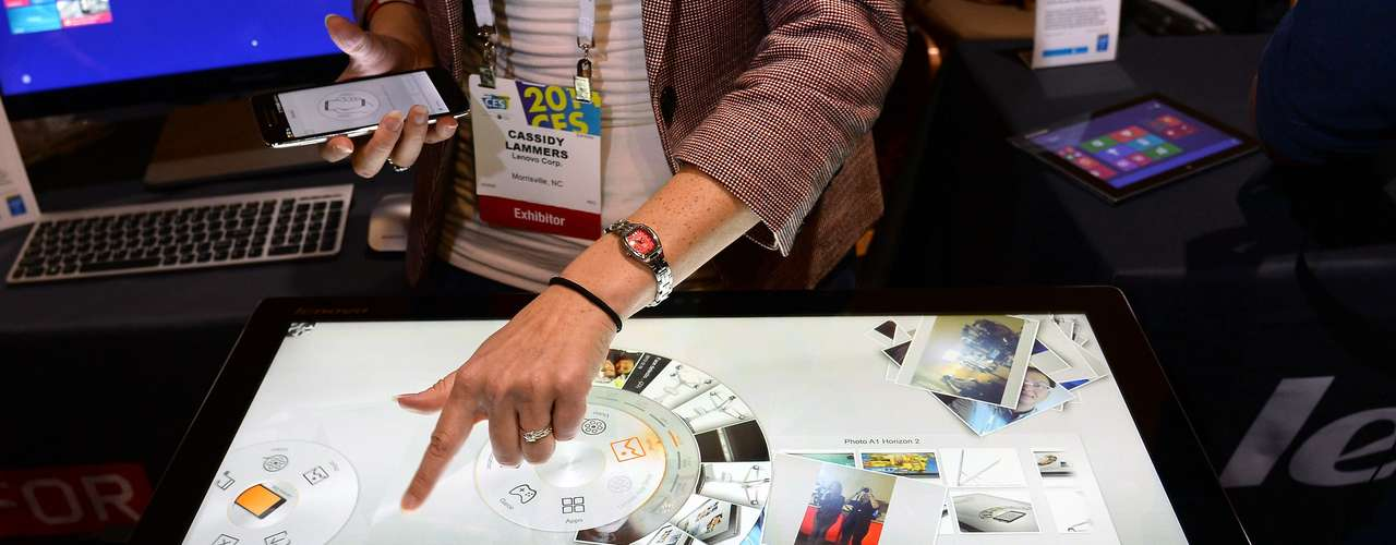 A Lenovo demonstra o computador de mesa Horizon 2. Com tela touchscreen de 27 polegadas, o aparelho pode ser pareado com um smartphone Android e estará à venda a partir de US$ 1,3 mil