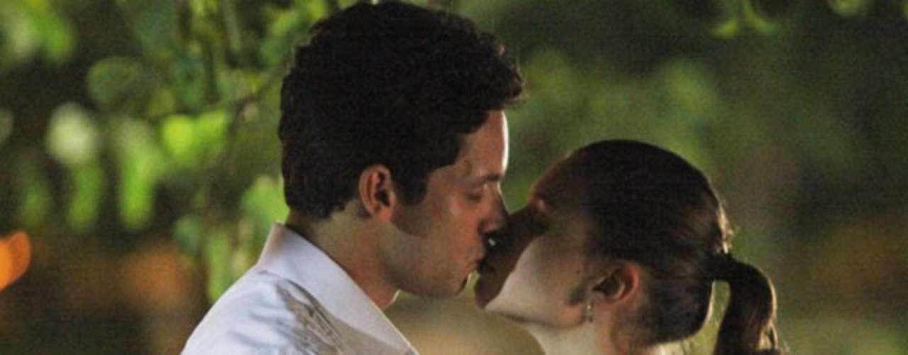 Linda (Bruna Liznmeyer) vê o primo beijando a namorada e fica curiosa sobre o assunto. Quando encontra Rafael (Rainer Cadete) ela pergunta se ele já beijou. Com a resposta positiva do advogado, Linda diz que quer um beijo dele, que corresponde delicadamente