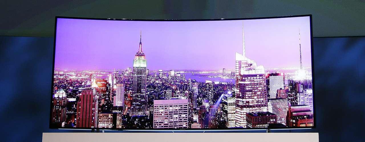 A Samsung mostrou seu primeiro televisore de ultradefinição e tela curva de 105 polegadas