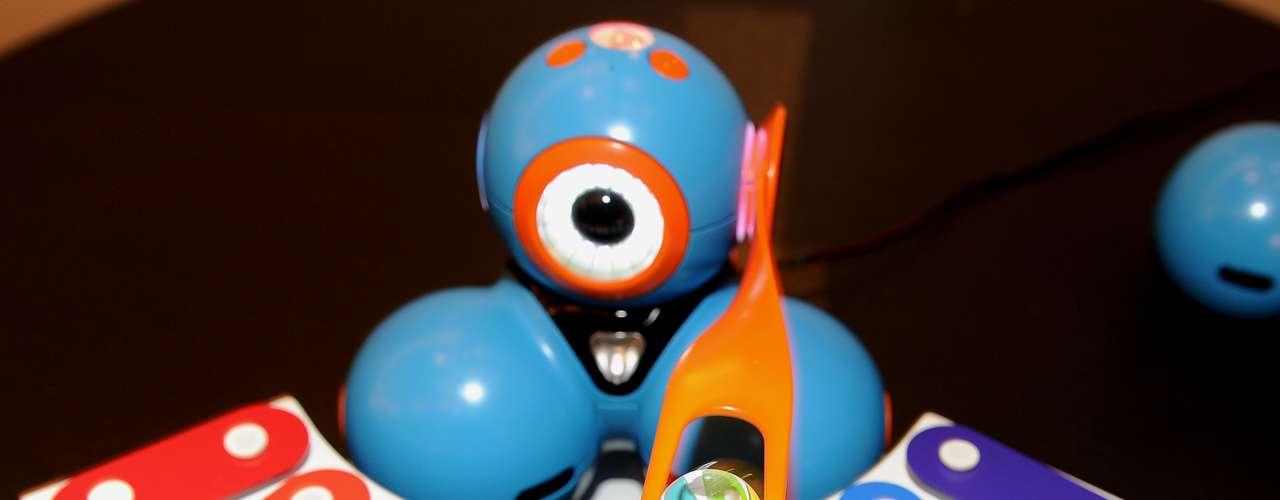 O robô Bo move o braço para tocar uma música. Voltado ao público infantil, o robô ajuda os jovens a aprender programação e é controlado via iPad