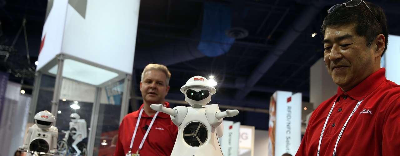 A robô Murata Girl é demonstrada em estande da feira em Las Vegas