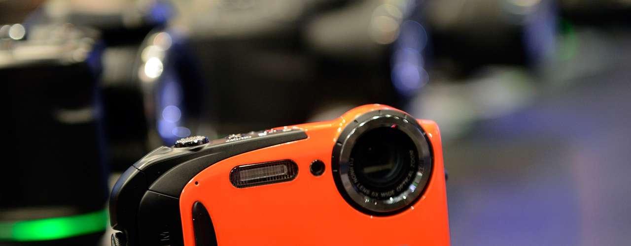 Fujifilm mostra a câmera à prova d'água FinePix XP