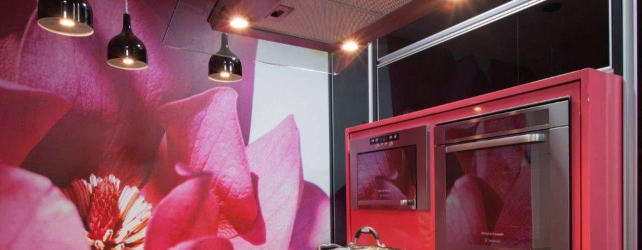 A gravura de flor na parede e os móveis coloridos incrementam a cozinha proposta pela arquiteta Andréia Carla Médice. Informações: (11) 4083-8929