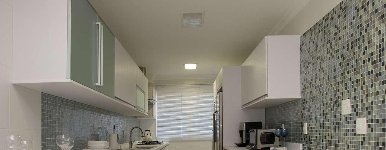 Pastilhas incrementam o visual da cozinha com móveis brancos. A proposta é da arquiteta Cibele Petrangelo. Informações: (11) 4227-3013