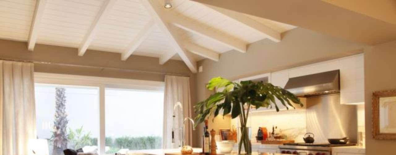 A cozinha integrada conta com tons claros que harmonizam com o restante da decoração. A proposta é do arquiteto Dado Castello Branco. Informações: (11) 3079-2088