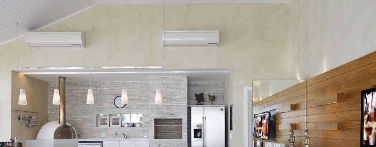 A área gourmet integrada à sala conta com revestimento de pedra filetada, na proposta da arquiteta Eliane Fiuza. Informações: (21) 2438-4282