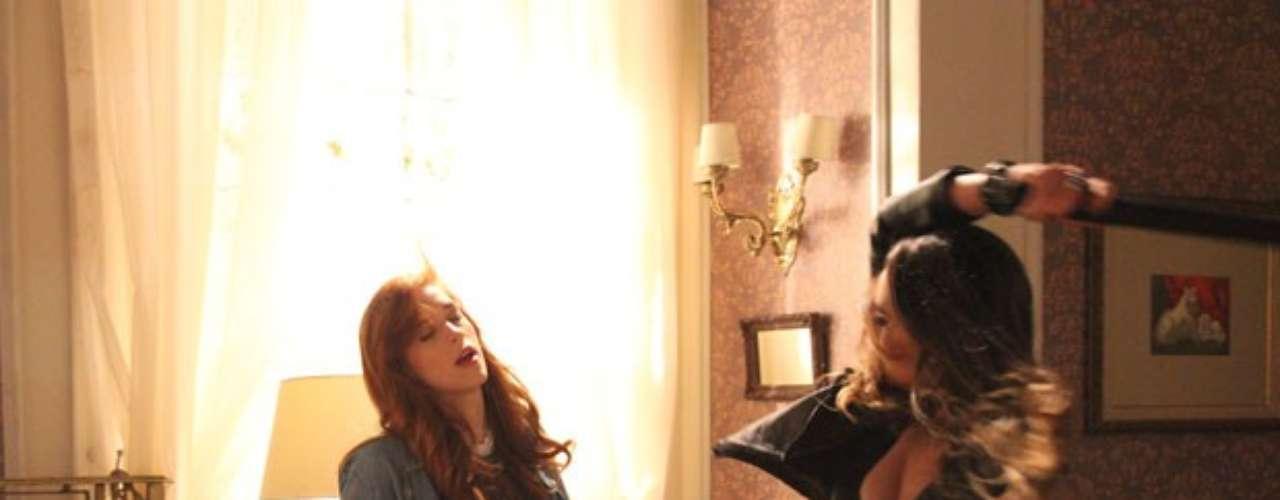 Sem paciência para esperar pelo fim do inventário para colocar as mãos nas joias que Nicole (Marina Ruy Barbosa) lhe deixou, Leila (Fernanda Machado) invade a mansão decidida a acabar com a vida de Natasha (Sophia Abrahão), agora única herdeira de tudo