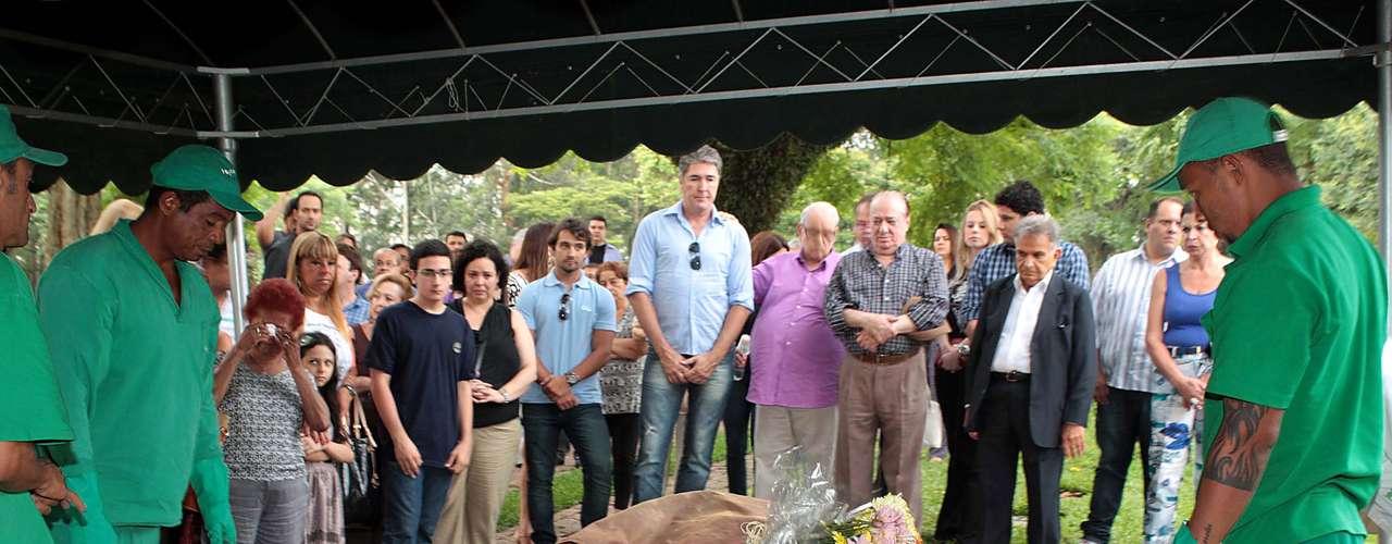 Ary Tole e Raul Gil se emocionaram neste sábado (11) no enterro de Marly Marley, no cemitério do Morumbi, em São Paulo