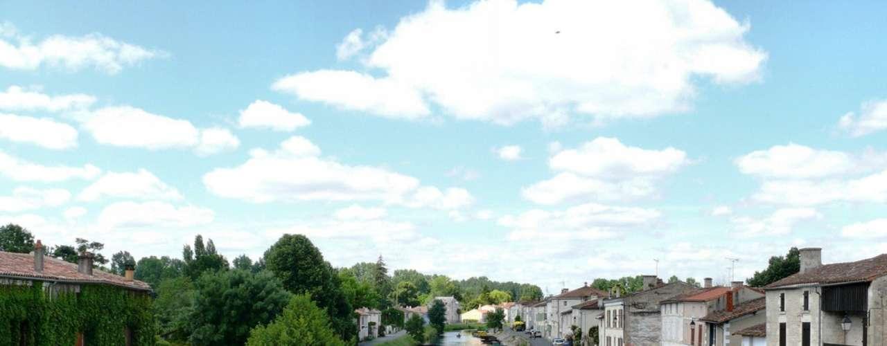 Marais Poitevin O apelido já diz tudo: a Veneza verde. São dezenas de canais de água verde, numa área de pântano de 29 mil hectares de pântano, espalhados pelas regiões de Pays de la Loire e Poitou-Charentes. A cor dada pelos depósitos vegetais de álamos, salgueiros e caniços dão ao Marais Poitevin uma cara única, aliada às vastas fauna e flora locais. É um verdadeiro refúgio para relaxar enquanto se passeia de barco pelos belos canais  há diversos piers para aluguel das pequenas embarcações, conduzidas pelos gondoleiros