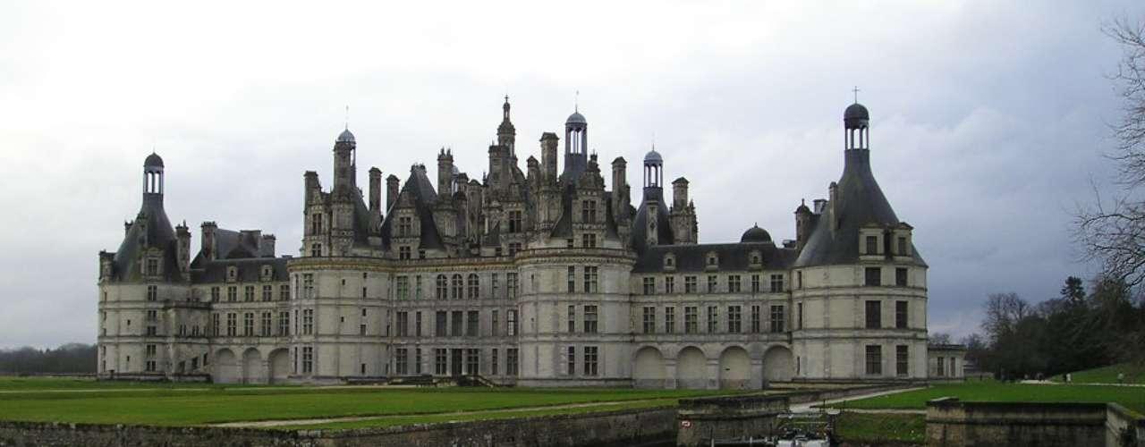 Castelos do Vale do Loire Um banho de cultura e história da França ao longo do Rio Loire. Pelo menos 20 belos, majestosos e fascinantes châteaux (castelos ou palácios, dependendo da tradução) merecem uma visita, além de outros tantos menores escondidos em estradas paralelas. Maravilhas arquitetônicas como os castelos de Chambord, Blois, Villandry, Chenonceau e Amboise estão à disposição dos visitantes no Vale do Loire, reconhecido como Patrimônio Mundial da UNESCO
