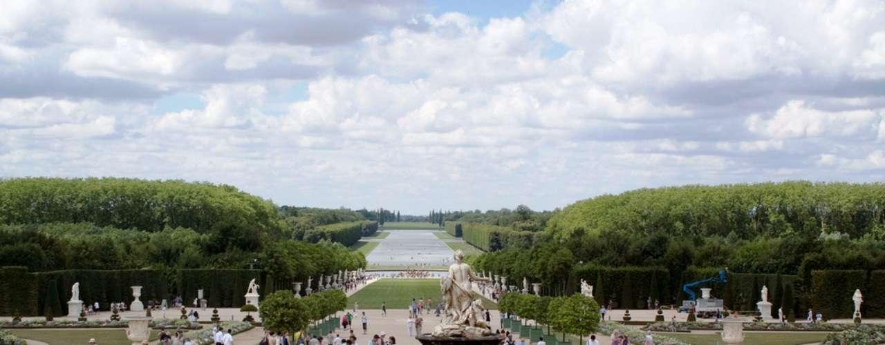 Palácio de Versalhes O que foi concebido, no século 17, como um modesto pavilhão de caça para Luís XIII, tornou-se um dos mais espetaculares châteaux do mundo. A oeste de Paris, o Château de Versailles é parada obrigatória para quem vai à França, graças à toda pompa, luxo e ostentação de seus aposentos. O prédio é mesmo espetacular, mas são os excepcionais jardins que ganham destaque especial. Criado por Le Nôtre, contém espaços como o Grand Canal, a Orangerie, o lago da Suíça, a Fonte de Netuno, a fazenda de Maria Antonieta, o Grand Trianon e o Petit Trianon, um mais lindo que o outro, e onde se podem gastar horas e até dias admirando