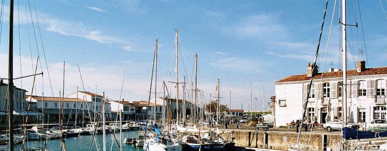 Ilha de Ré Na costa oeste da França, uma pequena ilha ligada por uma ponte à cidade de La Rochelle, virou um famoso resort de férias na costa do Atlântico, atraindo celebridades como Johnny Depp e a Princesa Caroline de Mônaco. O lugar é mesmo um charme só, com ruas de pedras, boutiques, restaurantes, belas praias e um porto (La Flotte-en-Ré) repleto de simpáticos cafés e bistrôs. Destaque para Saint-Martin-de-Ré, a aldeia principal da ilha e seu centro administrativo, com seus fortes tombados como Patrimônio da Humanidade pela UNESCO