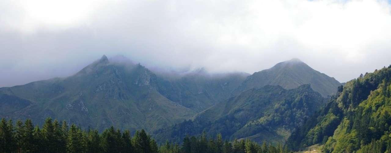 Vulcões de Auvergne Bem-vindo à terra dos vulcões adormecidos, localdominadopor montanhas e planaltos, Auvergne (ou Auvérnia), bem no centro da França, é daquelas regiões que desfrutam de uma paisagem única. Lá está o Parque Natural Regional dos Vulcões de Auvergne, o maior do gênero na Europa. O parque é lar de quatro maciços vulcânicos. Os vulcões mais jovens da região (cerca de 8.000 anos) formam a famosa Chaîne des Puys  destaque para o impressionante Puy de Dome. Tem ainda o parque temático Vulcania, que conta tudo sobre os vulcões e outros fenômenos naturais da Terra